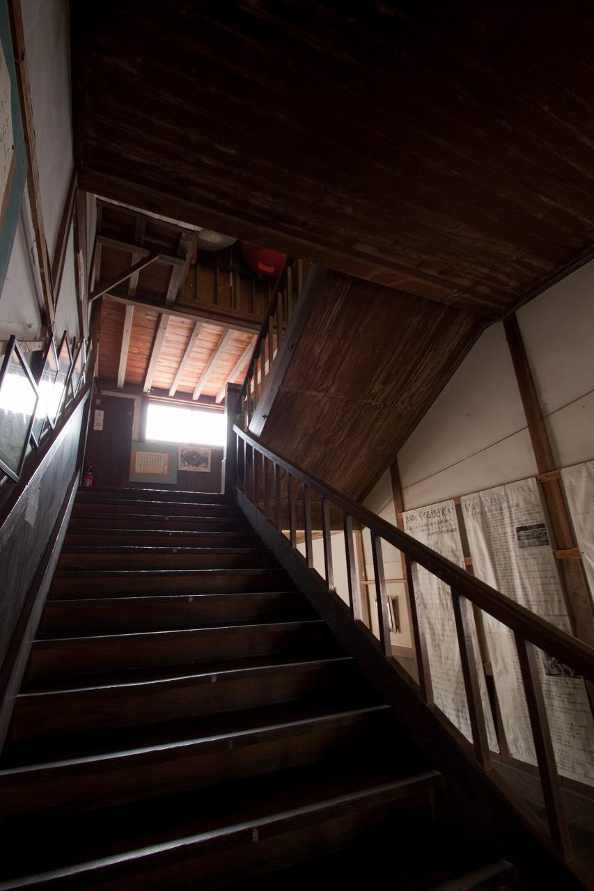 旧木沢小学校 - 階段