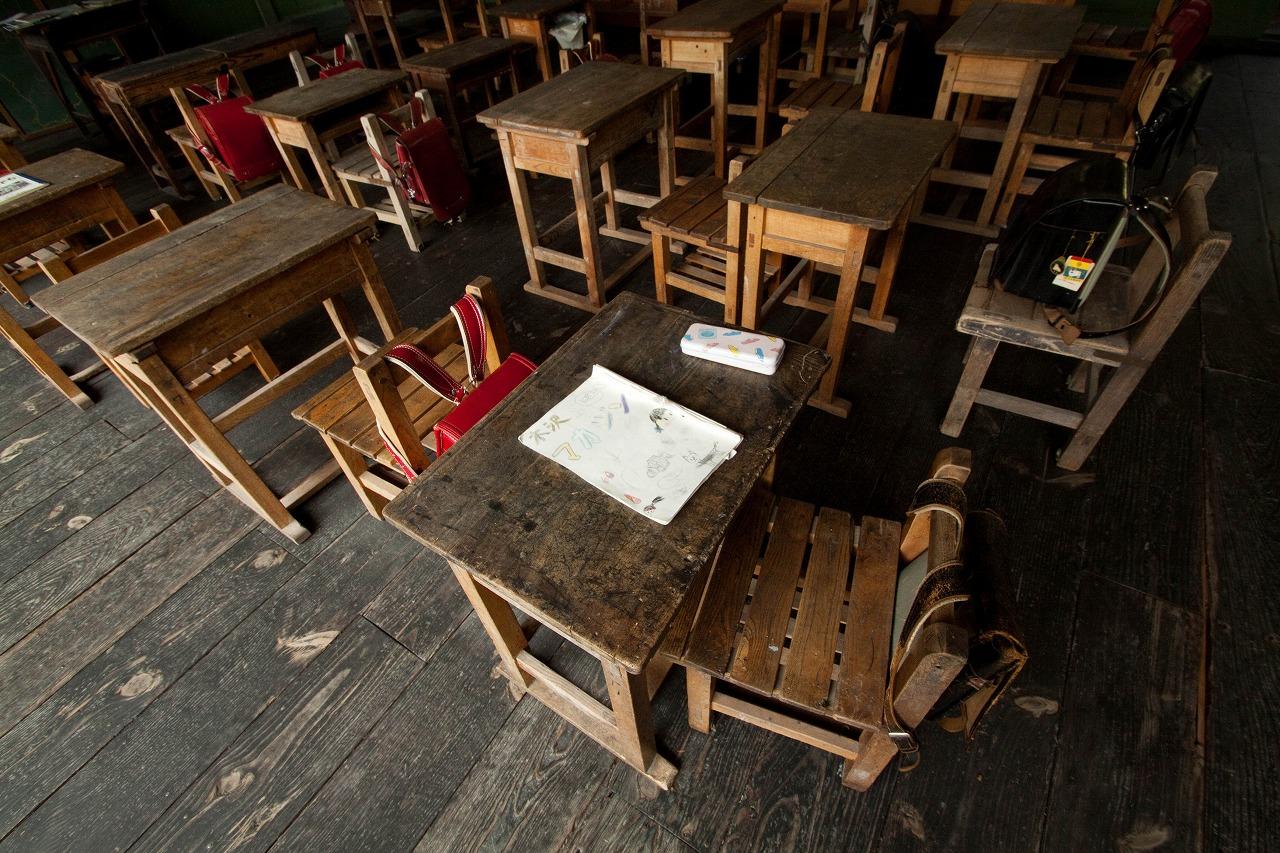 旧木沢小学校 - 使い古された机