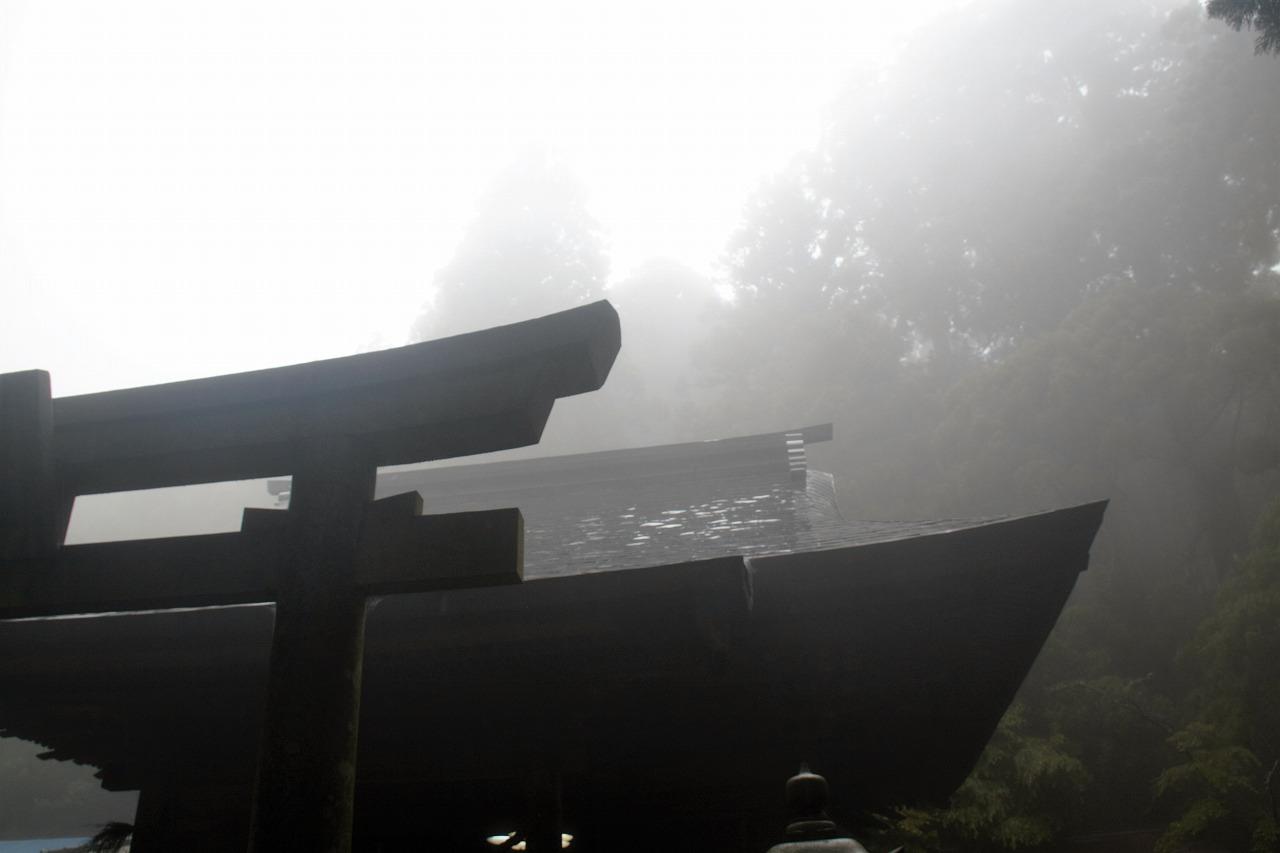 山住神社 - 霧の中の本殿2
