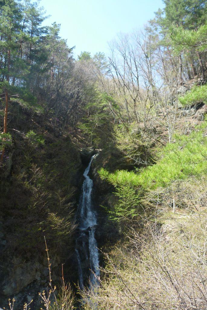 鷹岩 - 横にある滝