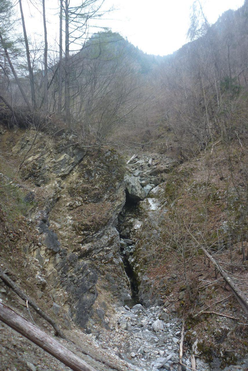 岳沢越し - 飯場跡の裏にある滝
